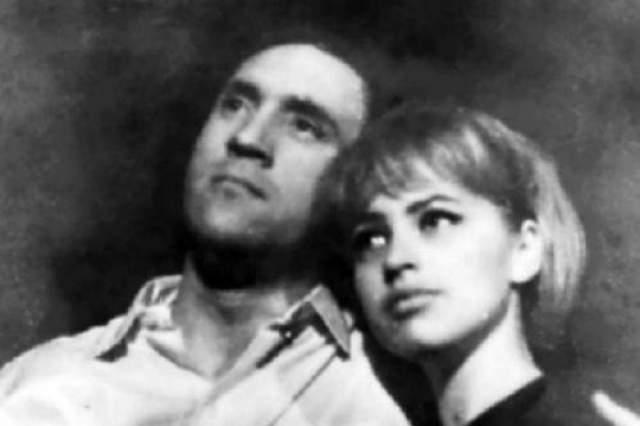 Последняя любовь Высоцкого Оксана Афанасьева (ныне жена Леонида Ярмольника), с которой он при «живой» жене - Марине Влади - собирался обвенчаться: «Володя мне как-то рассказывал, что первый раз ему сделали наркотик в Горьком, чтобы снять синдром похмелья. Врач-женщина сказала, что у ее мужа бывают запои и она легко выводит его из этого состояния одним уколом. Это было в 1977 году. Я точно помню, что Володя сказал, что в 1977 году».