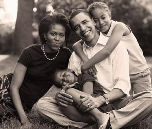 """Мишель Обама. С будущим мужем Бараком Мишель Обама познакомилась, когда он стал сотрудником """"Сидли Остин"""". В американской прессе Мишель Обаму часто сравнивают с Жаклин Кеннеди и принцессой Дианой. Статистика гласит, что треть рейтинга Барака Обама заработана женой."""