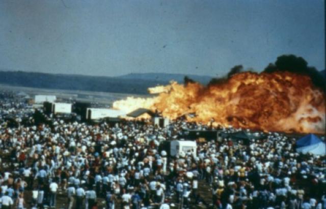 Территория, на которой упал самолет, находилась как раз напротив зоны показательных полетов и поэтому была плотно заполнена зрителями.