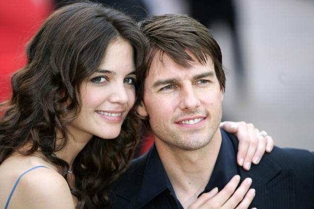 Кэти Холмс. Актриса и Том Круз впервые появились вместе в апреле 2005 года, на шоу Опры Уинфри, где Круз в прямом смысле прыгал от радости, рассказывая о своей влюбленности, через год у пары родилась дочь Сури.