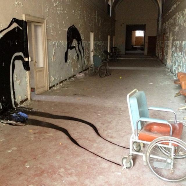 Заброшенная психиатрическая больница в Парме. Бразильский художник Герберт Баглионе сделал арт-объект из итальянского здания, в котором когда-то находилась психиатрическая больница.