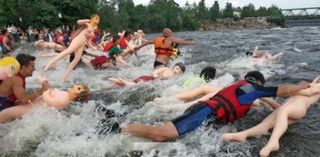 Заплыв на резиновых женщинах. Соревнования проводятся в нашей стране. Участники сплавляются вниз по горной реке, используя вместо лодок надувных резиновых женщин из секс-шопа.