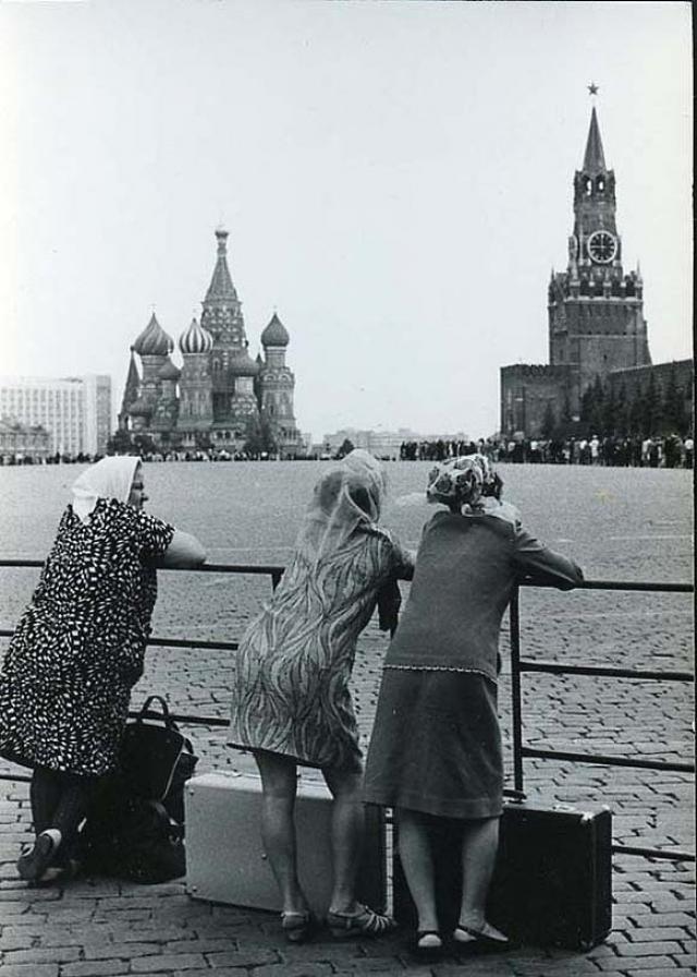 Только прибывшие в Москву девушки на Красной площади.