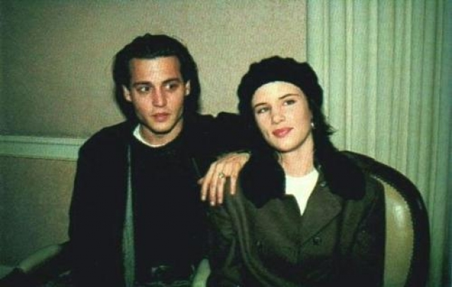 """Пока он встречался с Вайноной Райдер, она развлекалась с юным Бредом Питтом , а потом они сошлись на съемках фильма """"Что гложет Гилберта Грейпа"""" и перенесли свой кинороман в реальность."""