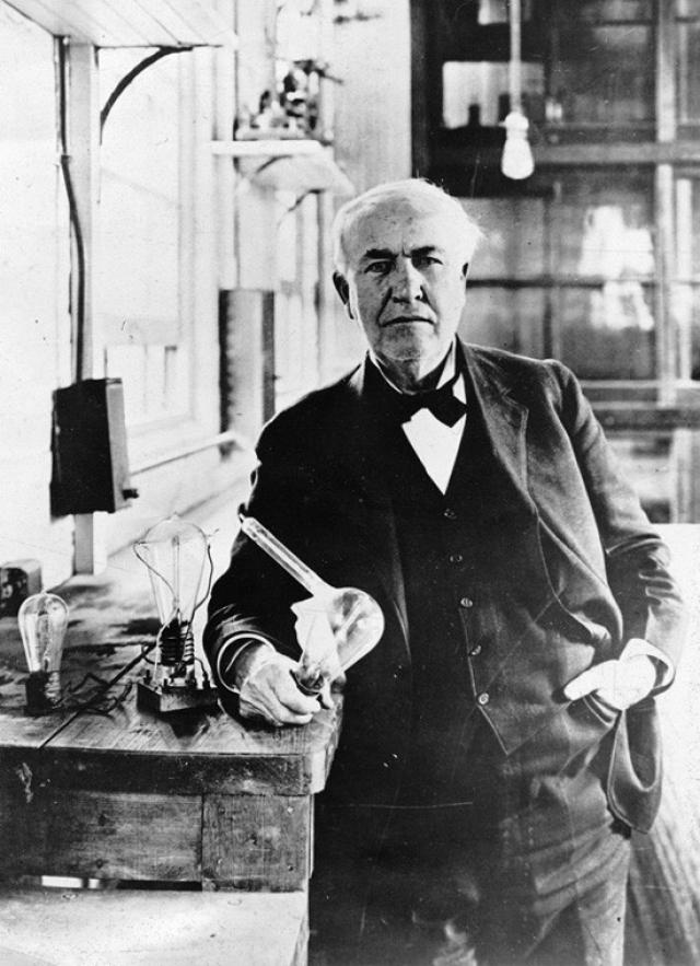 Обертка для конфет. Томас Эдисон изобрел фонограф, пишущая машинка, биржевой телеграф, генератор переменного тока и, конечно, лампочку.