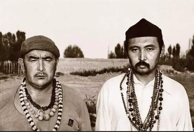 В конце 70-х на мусульманском кладбище Султан-Баба в городе Ош, Киргизия, происходили судьбоносные для Нигматулина вещи. 48-летний охранник, знавший по-русски не больше трех слов, повстречал хорошо одетого, сравнительно молодого человека с дипломатом. Это были Мирза Кымбытбаев, проповедник суфизма и известный милиции тунеядец, и Абай Борубаев – сын редактора крупного областного журнала, прирожденный оратор, обладающий природным даром убеждения.