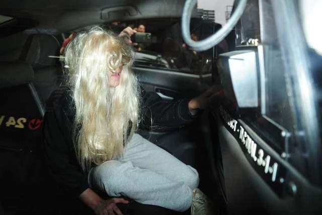 Съехавший парик Аманды Байнс. Вероятно, юной звезде нелегко дался огромный объем славы, который она получила в подростковом возрасте. Последствиями стали многочисленные суды, аресты и прочие неприятности. Фотография в сползшем парике стала своеобразным символом этой главы в жизни актрисы.