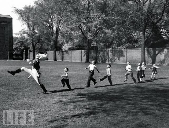 Крысолов из Энн-Арбор (Pied Piper of Ann Arbor, Alfred Eisenstaedt, 1950). Барабанщик из Мичиганского университета марширует с детьми