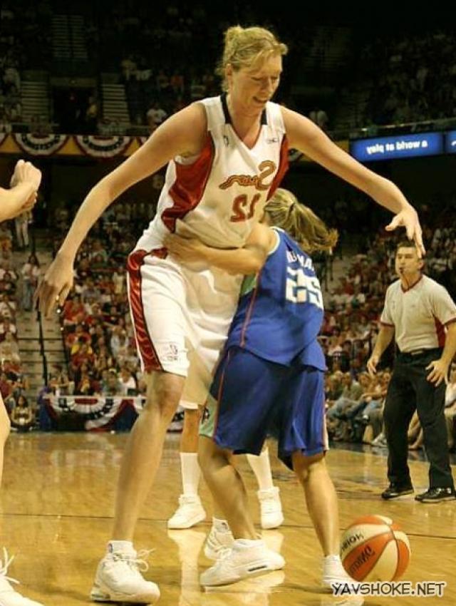 Некоторые сумели с успехом применить свой высокий рост. Так, Малгожата Дыдек , также известная как Марго Дыдек была самым высоким игроком в истории Женской национальной баскетбольной ассоциации - ее рост составлял 218 см.