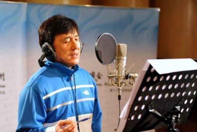 Еще Джеки не зря обучался пению в интернате: с 1984 года он выпустил более 20 альбомов со своими песнями, а с 1980 года он пел тематические песни во всех своих фильмах китайского производства.
