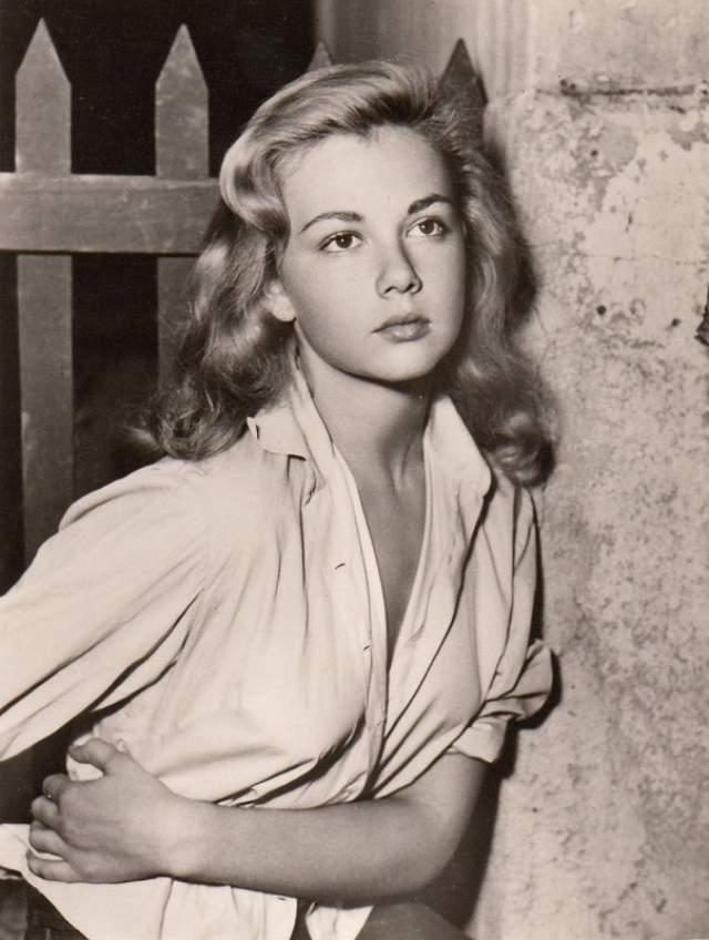 """Лорелла де Лука Одна из первых актрис Италии, которая стала сниматься в амплуа инженю, создавая на экране великолепные образы красивых наивных девушек. В 1955 году дебютировала в фильме Федерико Феллини, а уже через год, после выхода """"Бедные, но красивые"""" Лорелла стала известной всей Италии. В 1965 году после знакомства с режиссером Дуччо Терасси снималась только в его фильмах, а в 1971 году стала женой режиссера."""