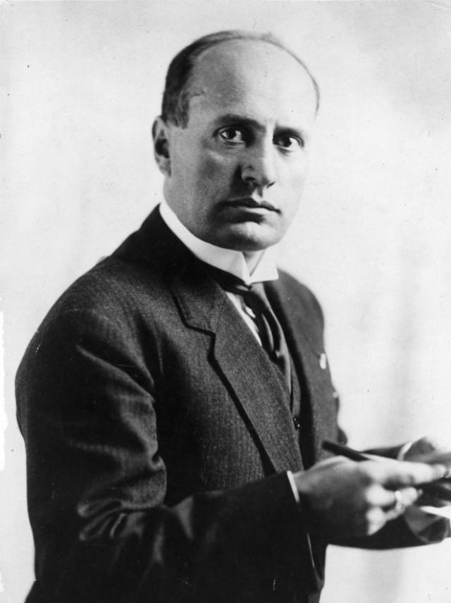 Бенито Муссолини. Диктатор был расстрелян 28 апреля 1945 года на окраине деревни Медзагра, после чего мертвые тела дуче и его любовницы были подвешены за ноги в Милане на всеобщее обозрение. Первого мая Муссолини был похоронен на миланском кладбище Музокко в безымянной могиле на участке для бедных.