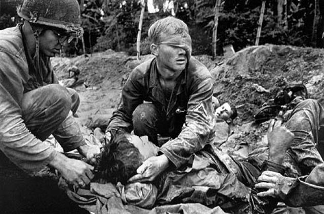 """Фотокорреспондент агентства """"Ассошиэйтед Пресс"""" Эдди Адамс и оператор NBC Во Суу отправляются в китайский квартал города Холон. По их информации, там уже несколько часов идет бой за буддийскую пагоду. К моменту их прибытия в район пагода уже взята южновьетнамскими войсками."""