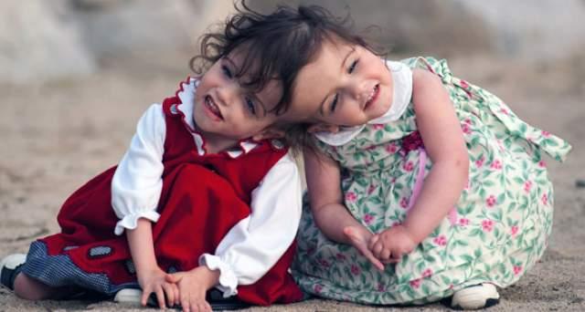 Криста и Татьяна Хоган , родились в 2006 году в Канаде. Здоровые и красивые девочки с нормальным весом родились практически обычными малышами, если бы не сросшиеся головы.