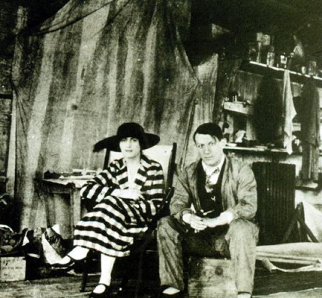 Пикассо был убежден, что женится на всю жизнь, и поэтому в его брачный контракт вошла статья о том, что их имущество - общее. В случае развода это подразумевало раздел поровну, включая все картины.