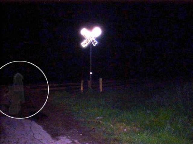 Снимок сделан на перекрестке в Сан-Антонио, штат Техас. Энди и Деби Чесни специально приехали к этому перекрестку, чтобы проверить легенду о призраках и сделать несколько фотографий. Совсем неожиданно на одном из снимков после проявки появилась прозрачная фигура.