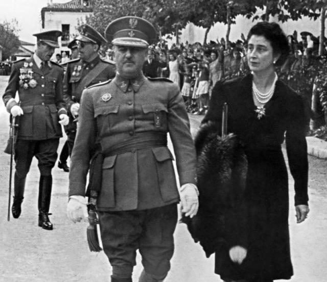 """Франко встретил свою первую любовь по имени Мария дель Кармен Поло и Мартинес Вальдес, когда ей было всего пятнадцать. В 1923 году Кармен достигла совершеннолетия и вышла замуж за своего возлюбленного. Для нее это было поистине воплощением мечты в жизнь. Через пять лет она скажет: """"Мне казалось, будто я вижу сон или читаю роман о себе""""."""