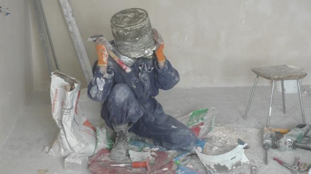 Обеспечив себе доступ к кислороду и надев маску с трубкой герой окунул голову в алебастр. После этого строительный материал застыл .