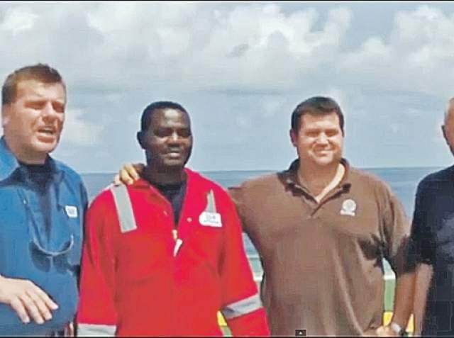 Каждую секунду Харрисон Окене молился – накануне жена в sms прислала ему текст одного из псалмов, который он и повторял про себя. Кислорода в воздушном мешке было не так много, но его хватило до прихода спасателей, которые не могли добраться до судна сразу из-за шторма. Остальные 11 членов экипажа погибли.