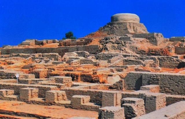 Город Мохенджо Даро. Город обнаружили в 1920 году вместе с городом Хараппу на территории Пакистана. Интересные факты относительно этой находки связаны с тем, что в костях скелетов обнаруженных на месте раскопок уровень радиации превышал в несколько раз.