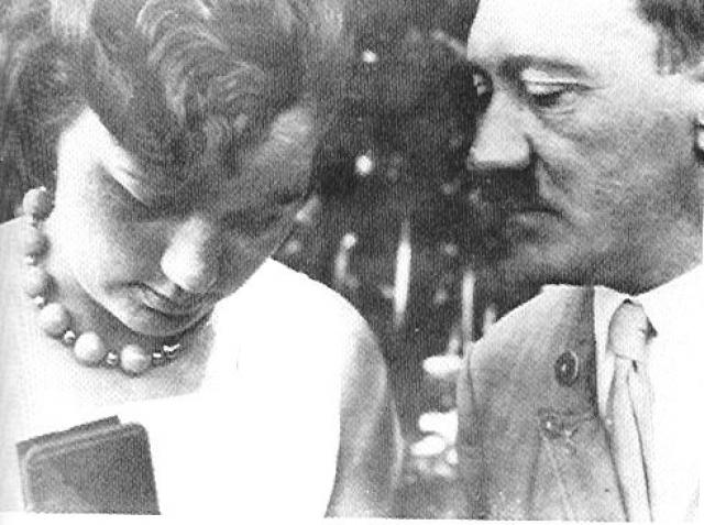 Со своей молодой племянницей Гели Раубаль (дочерью сводной сестры Гитлера) он впервые увиделся в 1925 году. Ей было 17 лет, фюреру – 36, но разница в возрасте его не смущала.