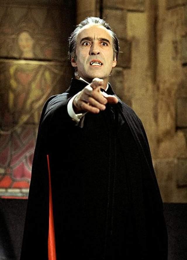 Кристофер Ли Жизнерадостный британский актер является самым известным исполнителем роли графа Джакулы в многочисленных фильмов ужасов про архетипического вампира.