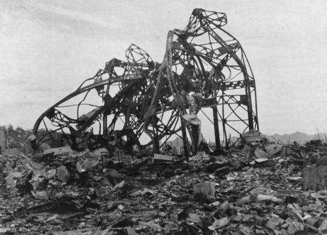 Скрюченные железные перекладины - все, что осталось от здания театра, находившегося примерно в 800 метрах от эпицентра.