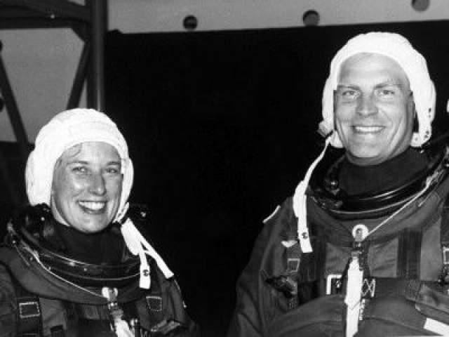 """Первая супружеская пара в космосе - Марк Ли и Джейн Дэвис, отправившиеся во внеземное пространство 12 сентября 1992 года на шаттле """"Индевор"""" STS-47."""