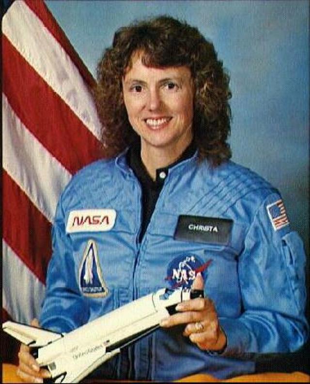 Специалист по полезной нагрузке - 37-летняя Шэрон Криста Корриган МакОлифф . Женщина-астронавт NASA, учительница из Бостона.