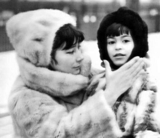 Чтобы не брать с собой малыша, Самойлова отдала сына в интернат, откуда потом его забрала мать артистки.