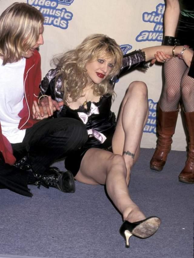 На красной ковровой дорожке премии MTV в 1995 году С ног буквально валилась Кортни Лав , причем, чтобы встать ей нужна была помощь посторонних.