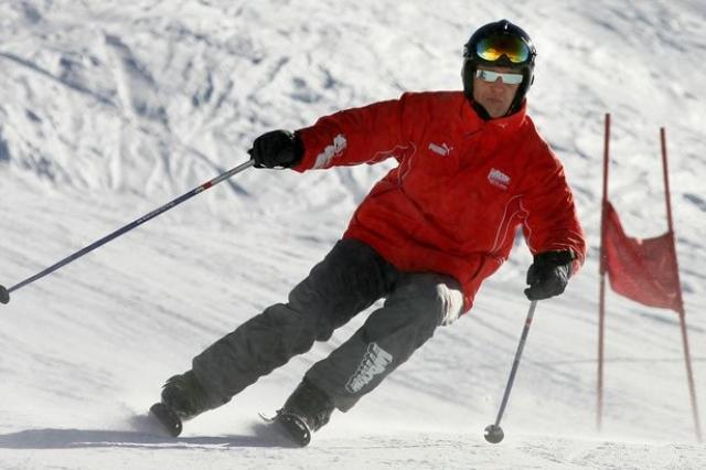 Споткнувшись о невидимый под свежевыпавшим снегом камень, он упал и ударился правой стороной головы о выступ скалы. При падении крепление одной из лыж не расстегнулось. От удара шлем, в котором был Шумахер, раскололся.