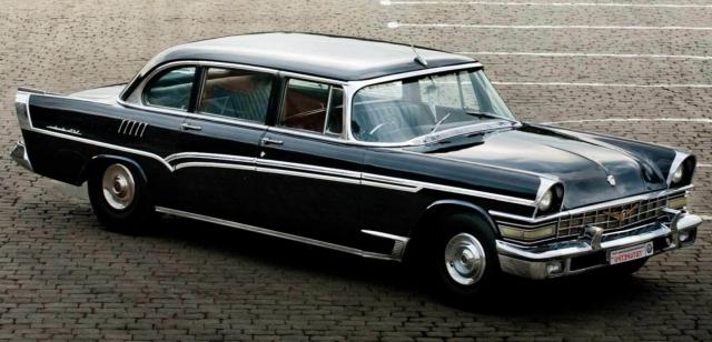 Чайка была дорогим и достаточно эксклюзивным автомобилем - ее изготавливали вручную, поэтому в год выходило всего 150 экземпляров, и все они были окрашены в черный цвет.