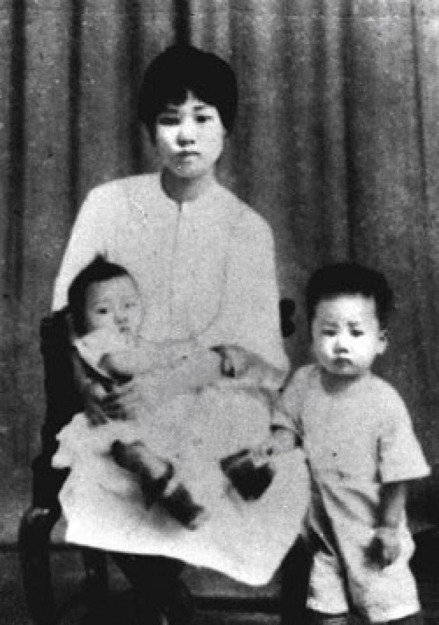 Умершего в Пекине в возрасте 83 лет Мао Аньцина Мао Цзэдуну родила его первая жена, Ян Канхуэй. Ее расстреляли на глазах собственных детей. Мао Аньцину было тогда семь лет.