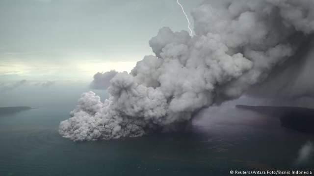 Цунами. Это обязательное последствие землетрясения. Сформировавшись под водой, огромная волна с невероятной скоростью, до тысячи километров в час, движется на сушу.