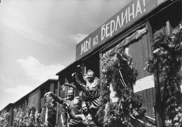 """Эшелон """"Мы из Берлина!"""", на котором советские солдаты возвращаются из Берлина в Москву."""
