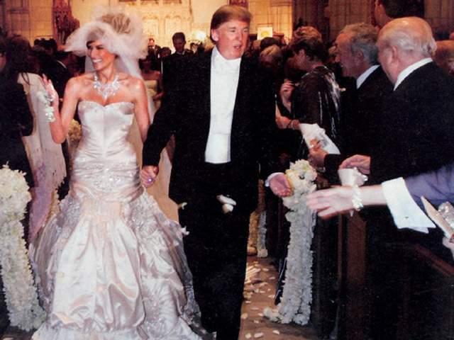 """Дональд и Мелания Трамп ( $1 млн). Миллиардер, медиамагнат и нынешний президент США потратил на свадьбу сравнительно мало средств. Во многом сэкономить Трампам помог тот факт, что торжество прошло в поместье жениха, а многие выступления оказались бесплатными """"по дружбе""""."""