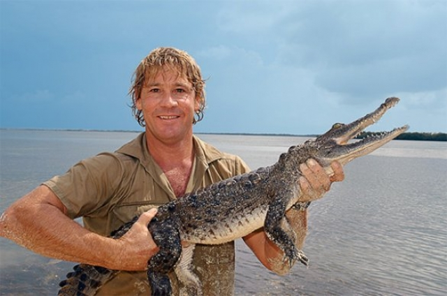"""Стив Ирвин. Известный австралийский телеведущий, известный как """"охотник за крокодилами"""", поскольку он специализировался на передачах об опасных животных, погиб во время репортажа в прямом эфире."""