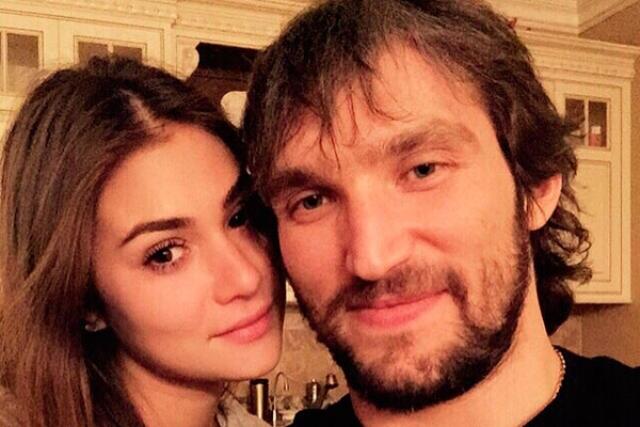 Александр Овечкин и Анастасия Шубская. Роман 30-летнего хоккеиста и 22-летней актрисы развивался довольно быстро: до помолвки пара встречалась не больше года.