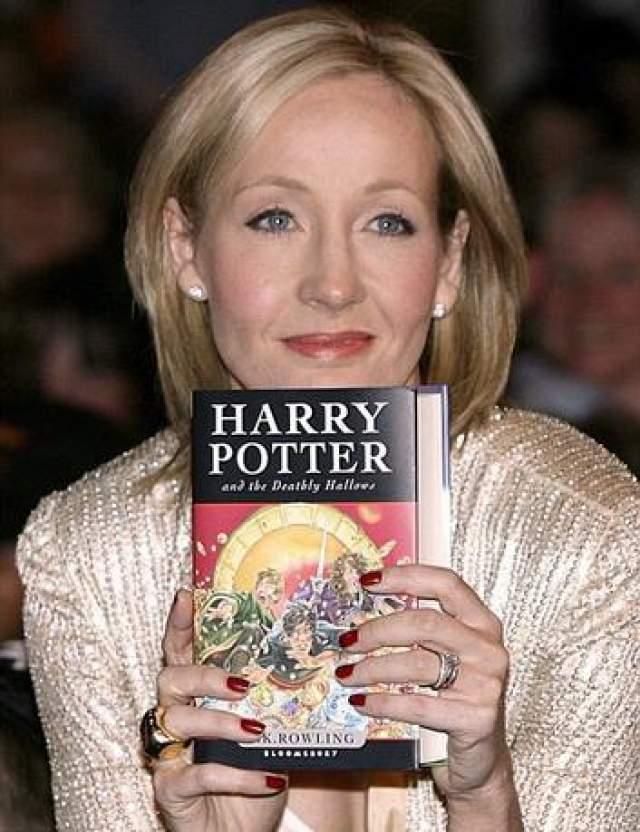 Дж. К. Роулинг Роулинг была безработной, разведенной и воспитывала дочь на социальное пособие, пока писала свой первый роман о Гарри Поттере. Сегодня она международная знаменитость и первая, кто заработал миллиарды на написании книг.