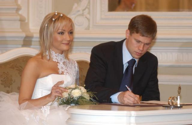 Татьяна Буланова и Владислав Радимов . 47-летняя певица и 40-летний футболист прожили вместе уже двенадцать лет.