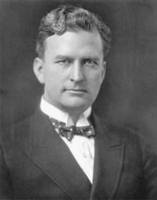 Томас Инс, 1880-1924. Первый в мире киномагнат создал первую киностудию, а после стал одним из создателей Paramount Pictures. В 1924 году Инс находился на грани разорения и подумывал о сделке с газетным магнатом Уильямом Рэндольфом Херстом.