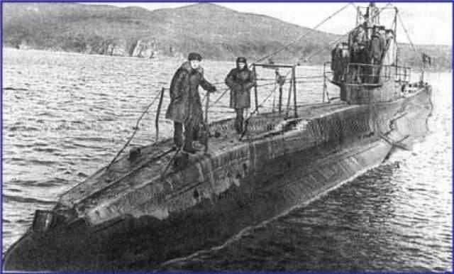 """К началу пятидесятых годов С-117 была уже далеко не новым кораблем, однако возложенные на нее задачи она выполняла успешно. В декабре 1952 года в Японском море """"Щука"""" должна была принять участие в учениях. На пути к району маневров ее командир доложил о том, что из-за поломки правого дизеля субмарина идет в назначенную точку на одном двигателе."""