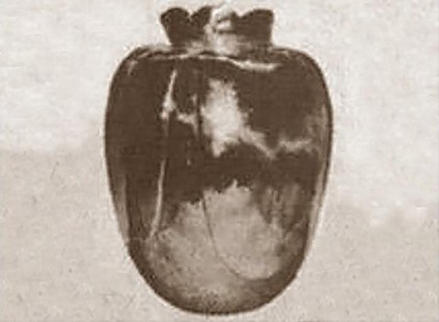 Ваза Бассано. Легенда гласит, что эта серебряная ваза была сделана в 15 веке и подарена невесте накануне свадьбы. В ту же ночь невеста была убита, а под утро обнаружена с вазой в руках. Ваза дальше передавалась по наследству, и те, кто пытался забрать ее к себе домой, умирали некоторое время спустя.