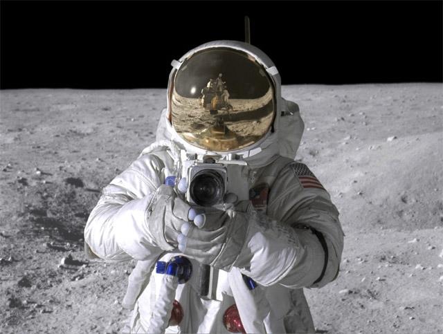 """Также выдвигается аргумент, что пленки в фотоаппаратах неизбежно должны были оказаться засвеченными из-за радиации. Те же опасения высказывались перед полетом станции """"Луна-3"""" - тем не менее советский аппарат передал нормальные фотографии."""