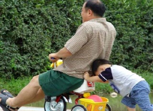 Только папы могут разделить с малышом все его развлечения.