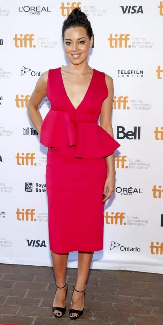 Платье Marni, в котором американская актриса Обри Пласа позировала на красной дорожке, выглядело, словно его шил сильно нетрезвый портной