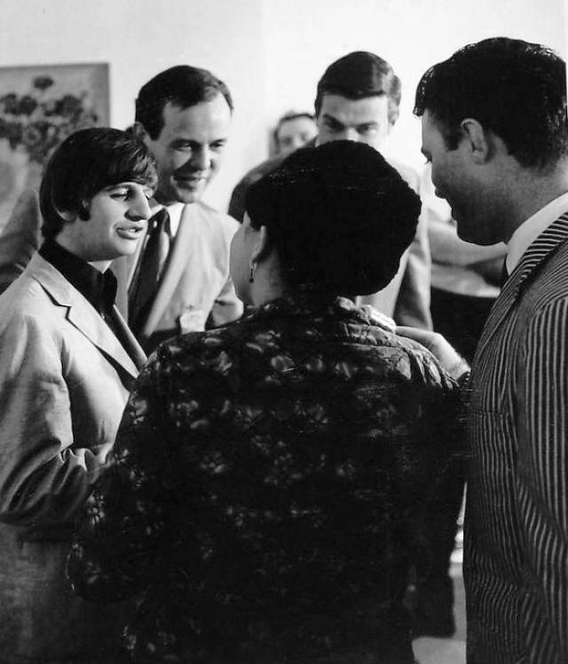 В 1962 году перед первым контрактом Эпштейн заменил ударника Пита Беста, который не дотягивал до общего уровня, на Ринго Стара, давнего приятеля музыкантов. Так утвердился окончательный состав The Beatles.
