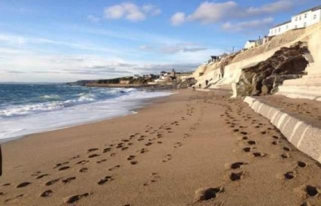 Исчезнувший пляж появляется снова Очень странное и необычное природное явление, которое не может обьяснить большинство экспертов, произошло в Porthleven в Корнуолле (Великобритания). Весь обьем песка загадочным образом исчез из-за странного прилива, но после второго прилива несколько часов спустя песок снова оказался на пляже, вернув ему первоначальное состояние.