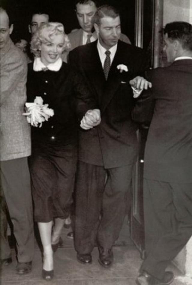 14 января 1954 года Мэрилин и Джо официально стали мужем и женой. Влюбленные скромно расписались в мэрии Сан-Франциско, актриса была в лаконичном костюме с небольшим букетом цветов, без фаты.